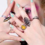 爪の表面のでこぼこは金属アレルギーが原因?皮膚科に行くべき?