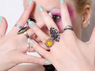 爪 でこぼこ 金属 アレルギー 表面